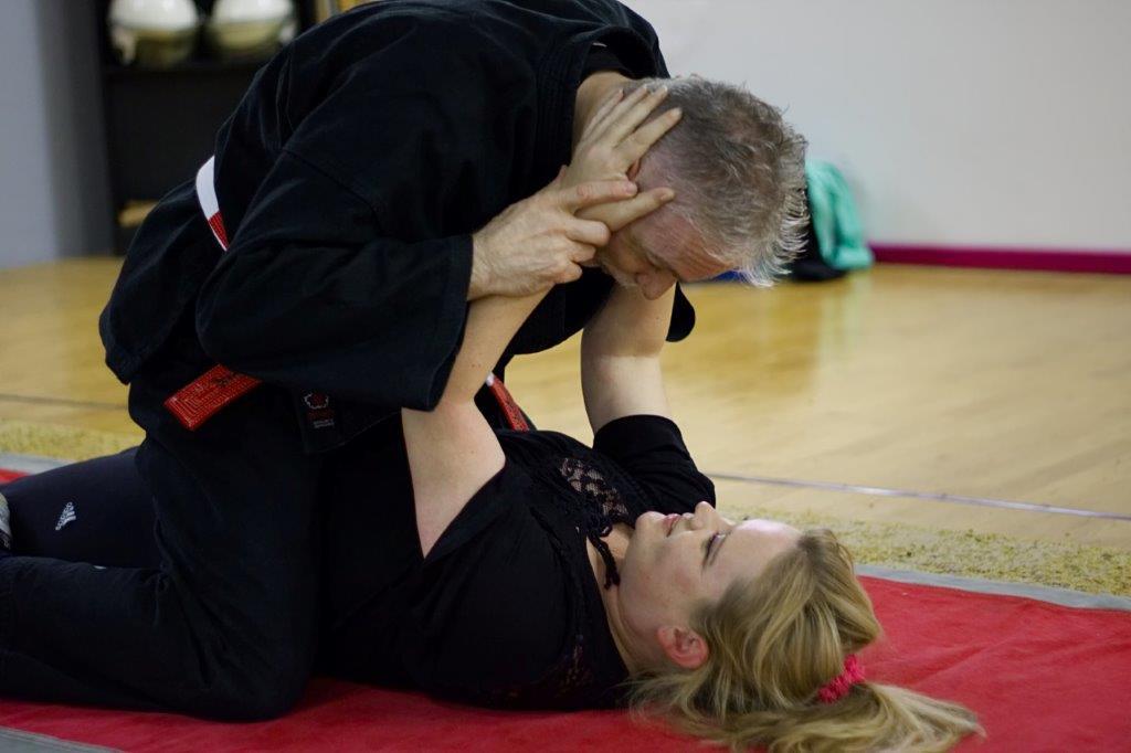 Landestrainer Baden Würtemberg Michael Babsia trainiert mit einer Teilnehmerin  deie Verteidigunstechnick in und aus der Bodelage..jpg